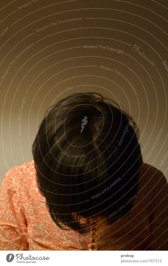 Perspektivgewechsel Mensch Kopf Haare & Frisuren Mode anonym demütig verbeugen stehen Scham Stil Frau Mädchen Bekleidung Einsamkeit Moral Trauer Verzweiflung