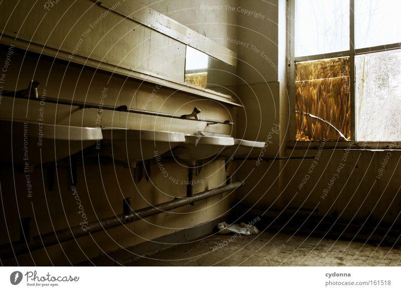 Waschraum I Raum Örtlichkeit Verfall Leerstand Vergänglichkeit Zeit Leben Erinnerung Zerstörung alt Waschbecken Spiegel Bad Fenster Sauberkeit verfallen