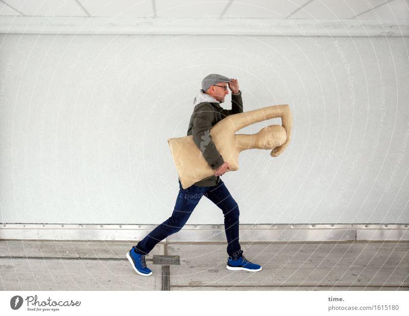 art to go maskulin 1 Mensch Kunst Skulptur Mauer Wand Jeanshose Jacke Mütze rennen festhalten gehen laufen tragen außergewöhnlich Geschwindigkeit sportlich
