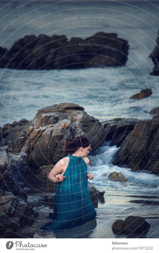 Flut Mensch Frau Natur Sommer Wasser Meer Strand Erwachsene Umwelt feminin Küste Wellen gefährlich nass Kleid Flüssigkeit