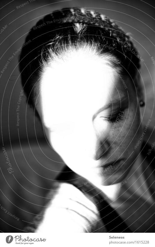 Schattenseite Mensch feminin Frau Erwachsene Kopf Haare & Frisuren Gesicht Auge Nase Mund Lippen 1 Mütze dunkel Schwarzweißfoto Innenaufnahme Licht Kontrast