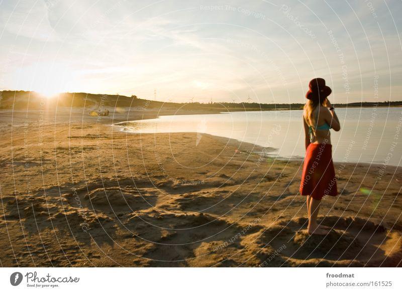 Sonnensystem Frau schön Sommer Strand Wärme Sand blond Romantik heiß Hut Bikini