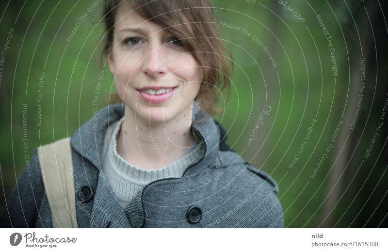 Portrait Stil Freizeit & Hobby Mensch feminin Junge Frau Jugendliche 1 18-30 Jahre Erwachsene Umwelt Natur Pflanze Frühling Schönes Wetter Wald Mode Jacke