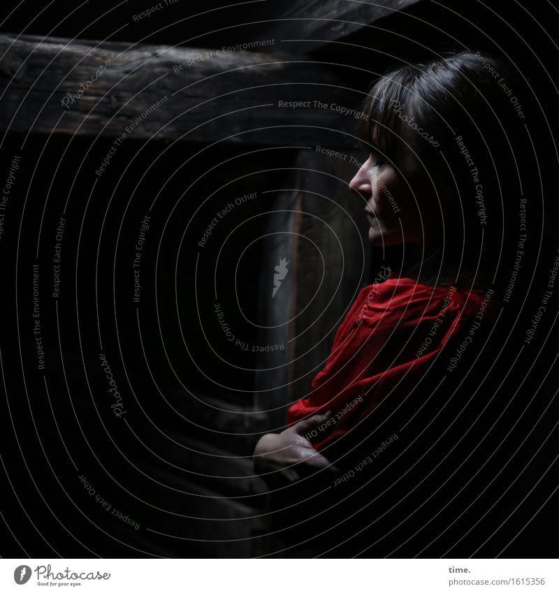 in the attic (VII) Dachboden feminin 1 Mensch Kleid schwarzhaarig langhaarig beobachten Denken festhalten Blick warten Gefühle ruhig Selbstbeherrschung