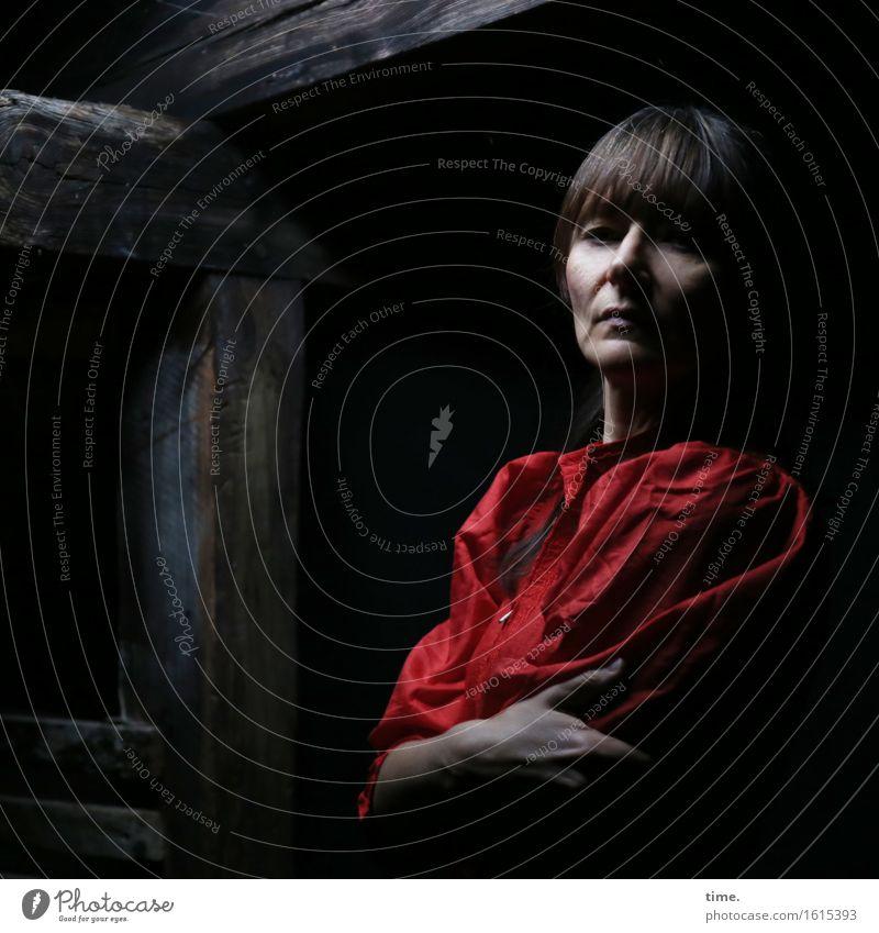 in the attic (IV) Dachboden feminin 1 Mensch Kleid brünett langhaarig Holz beobachten Denken festhalten Blick warten schön Gefühle selbstbewußt Kraft