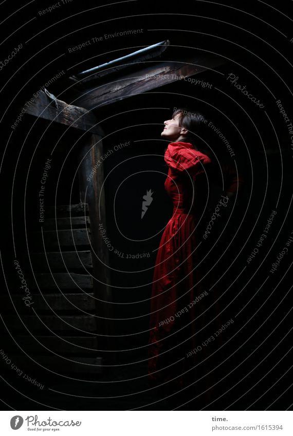 in the attic (VI) Mensch Stadt schön ruhig Leben Gefühle feminin Zeit Stimmung träumen warten beobachten Neugier Hoffnung Kleid Gelassenheit