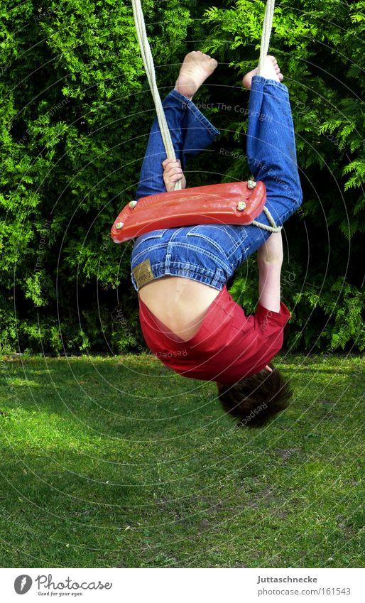 Upside down Kind Jugendliche Spielen Junge Bewegung Gesundheit Kindheit wild Klettern Schaukel Artist schaukeln