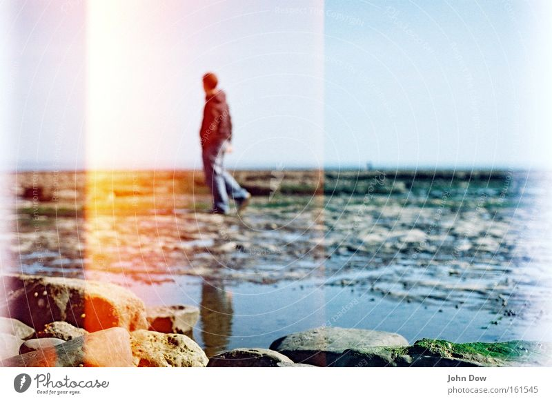 walking on stone Mensch Mann Wasser Ferien & Urlaub & Reisen Meer Strand Erwachsene Ferne Stein Küste Denken Horizont gehen einzigartig Spaziergang Vergänglichkeit