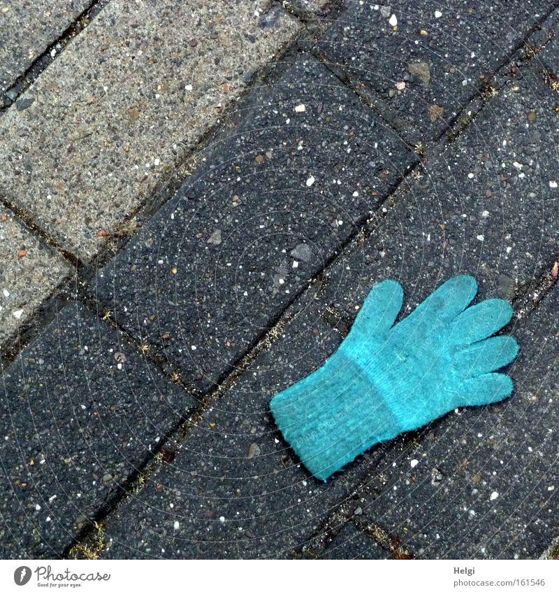 verloren... Handschuhe verlieren Bürgersteig Fußweg Stein kalt Winter frieren Finger Wolle heizen Schutz blau grau Bekleidung Wut Ärger Helgi Pflastersteine