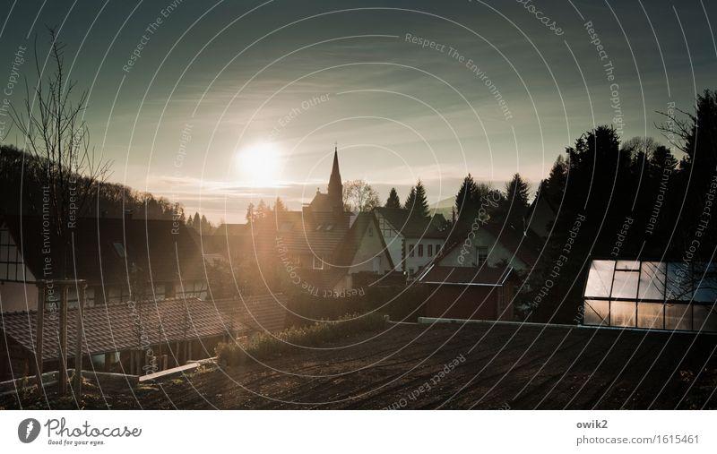 Leben auf dem Lande Himmel Baum ruhig Wolken Haus Wald Gebäude Garten Deutschland Horizont leuchten Idylle Sträucher Kirche Klima Schönes Wetter