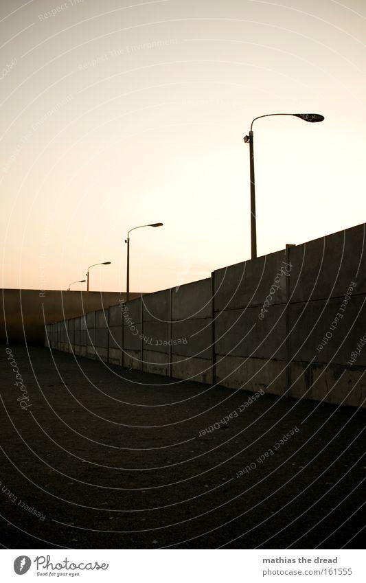 NIEMAND HAT DIE ABSICHT EINE MAUER ZU ERRICHTEN... Menschenleer Berlin Mauer Grenze Vergänglichkeit Laterne Denkmal Vergangenheit Wahrzeichen Trennung Osten
