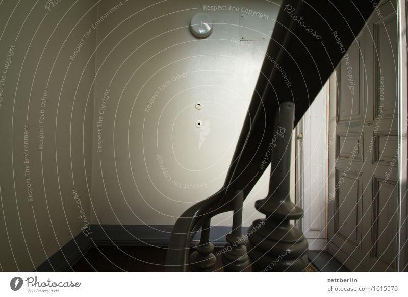 Handlauf Stadt Haus dunkel Lampe Wohnung Stadtleben Treppe Häusliches Leben Textfreiraum Tür trist Geländer Wohnhaus Treppenhaus Treppengeländer Wohnhochhaus