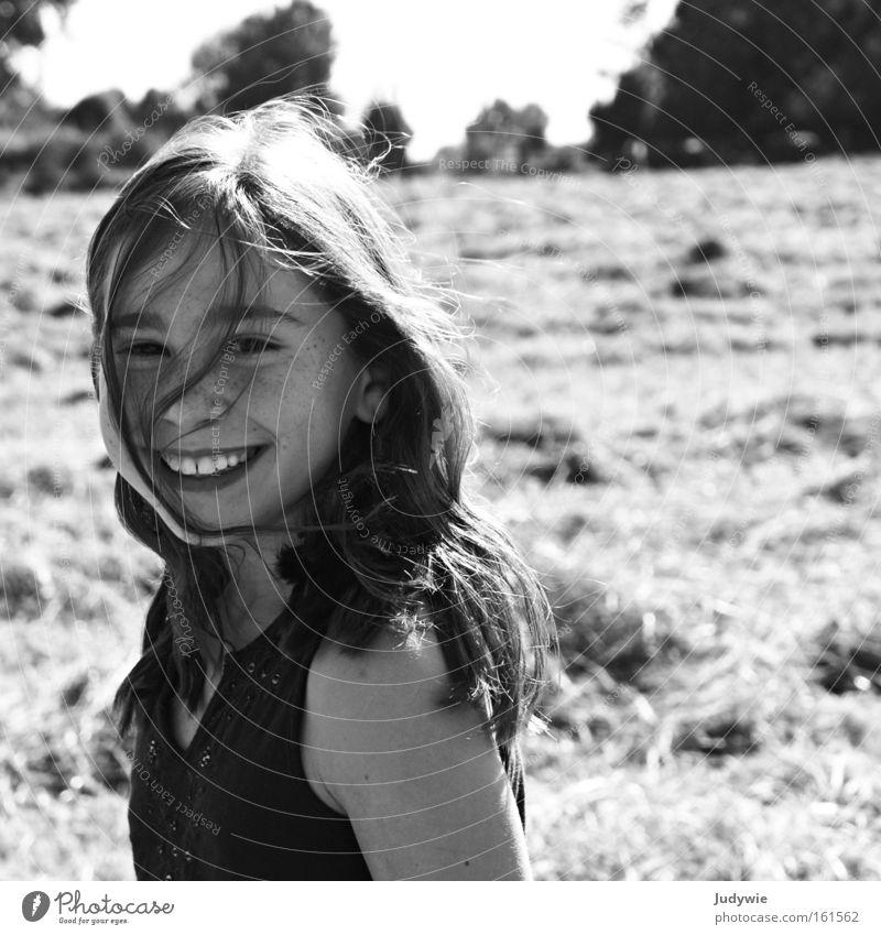 Sommer macht glücklich. Schwarzweißfoto Tag Freude Glück Haare & Frisuren Zufriedenheit Spielen Ferien & Urlaub & Reisen Sonne Kind Mädchen Jugendliche Zähne