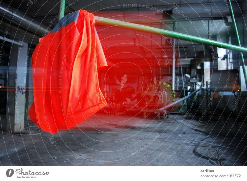 Wo ist der Stier ? rot Arbeit & Erwerbstätigkeit Industrie Fabrik Wut verfallen Stoff Werkstatt Ärger Warnhinweis Tuch Arbeitsplatz Versicherung Schutz Streik