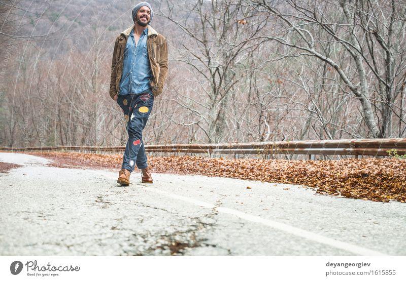 Junge Männer, die auf die Straße gehen Ferien & Urlaub & Reisen Ausflug Abenteuer Mensch Mann Erwachsene Jugendliche Natur Landschaft Himmel Park Einsamkeit