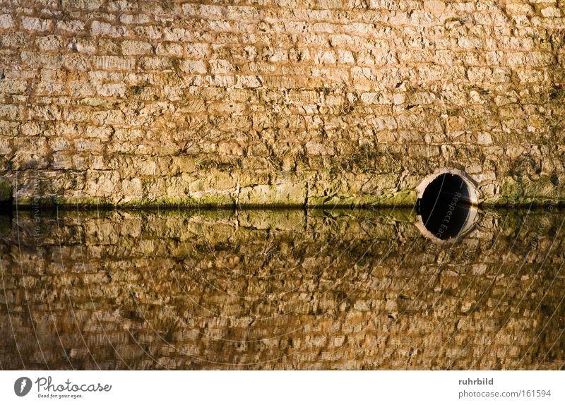 Spiegelung Wasser dunkel grau Mauer braun Spiegel Reflexion & Spiegelung Abfluss Spiegelbild Symmetrie Abwasser Wasseroberfläche Wasserspiegelung Wasserstand Wasserschloss