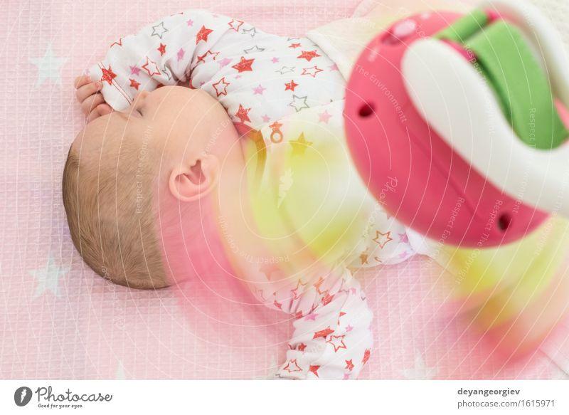 Baby in einem Bett mit Spielwaren herum. Kind weiß Sonne Mädchen Gesicht Glück klein rosa Körper Kindheit Bekleidung weich schlafen neu Spielzeug