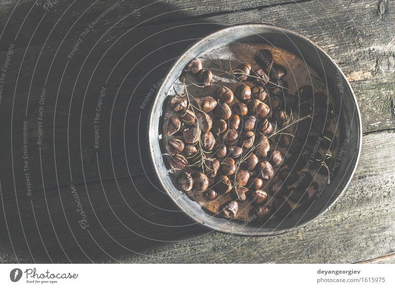 Geröstete Kastanien. Vintage-Stil Natur Blatt Herbst braun Frucht Jahreszeiten Tradition Koch Snack Braten organisch Panzer Pfanne geschmackvoll gebraten