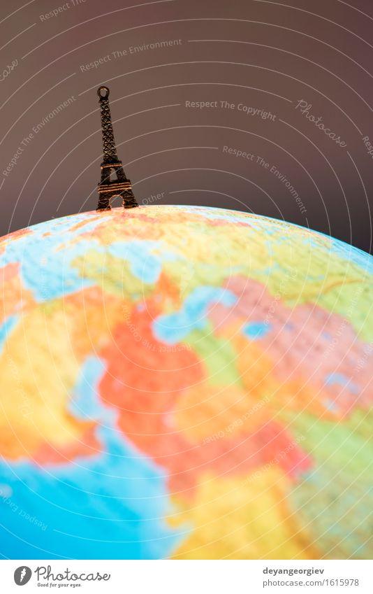 Eiffelturmspielzeug auf Kugel Ferien & Urlaub & Reisen Tourismus Erde Gebäude Architektur Denkmal Spielzeug Souvenir Globus blau Turm Paris Frankreich Landkarte