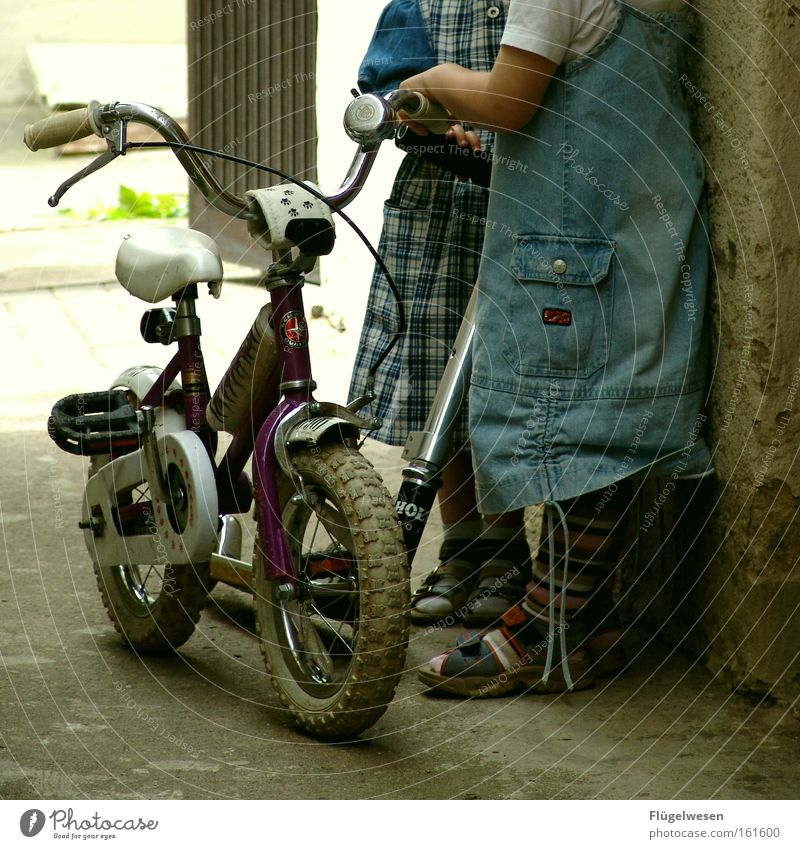 Mini-Fahrradgang Kind Mädchen Spielen Freundschaft fahren Kleid Kleinkind Rock Kindergarten Spielzeug Klingel Aktion Kinderspiel Tretroller Fahrradklingel