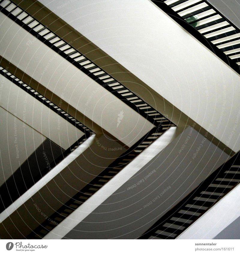 trepptrap Treppenhaus Gang Geländer Treppengeländer Halt Ordnung Dreieck Abstieg aufsteigen Strukturen & Formen Linie Detailaufnahme Schwarzweißfoto