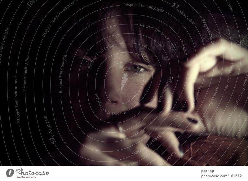 Stille Frau Hand schön ruhig Gesicht Auge dunkel Denken Finger nachdenklich Vertrauen Porträt attraktiv Ehrlichkeit Nagellack