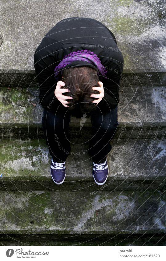 verzweifelt Mensch Jugendliche Einsamkeit träumen Traurigkeit Denken Erwachsene Treppe bedrohlich Sucht Gedanke Krankheit Absturz Problematik Suchtverhalten