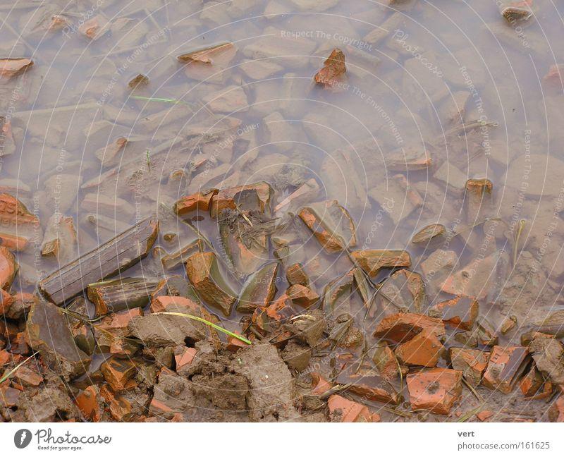 Ton_Wasser_Scherben Pfütze Erde Feld Backstein gebrochen braun Herbst November Schlamm Menschenleer Regen Hintergrundbild ruhig trist Stein Mineralien