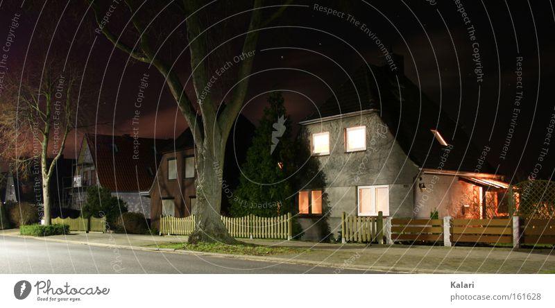Allein in der Nacht Baum Winter Haus Wolken Einsamkeit Straße dunkel Stern kahl unheimlich