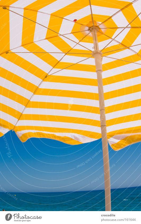 sommer sonne sonnenschirm Himmel Meer Sommer Freude Strand Ferien & Urlaub & Reisen gelb Erholung Horizont Freizeit & Hobby Spanien Sonnenbad Schönes Wetter Wolkenloser Himmel