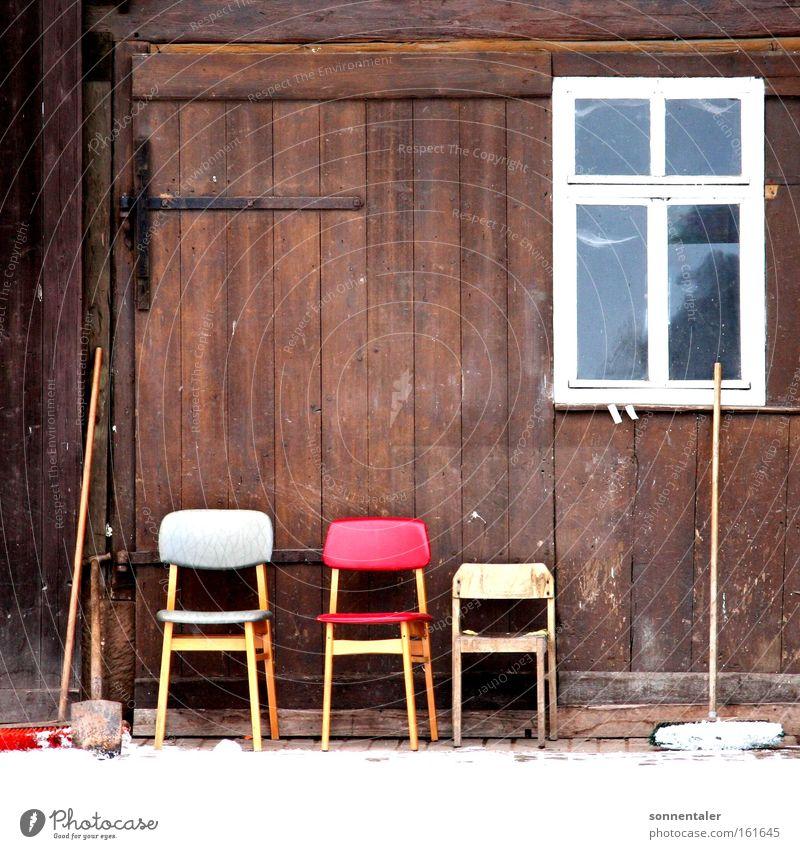 stuhlhof ruhig Fenster Holz Platz Pause Stuhl Dinge Tor Sitzgelegenheit Scheune Haushalt Hof Besen