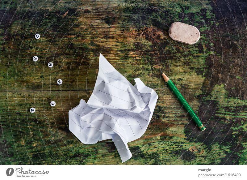 Denk nach! Die Buchstaben DENKEN, ein zerknüllter Zettel, ein Bleistift, ein Radiergummi auf einem alten Holztisch Bildung lernen Arbeit & Erwerbstätigkeit