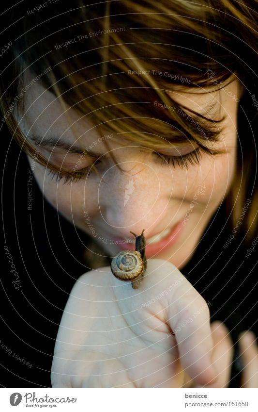 Schneckenkuss Frau Mensch Schneckenhaus Küssen langsam Tier lachen Natur attraktiv tragen Tierliebe Naturliebe Frauengesicht Porträt Junge Frau 18-30 Jahre