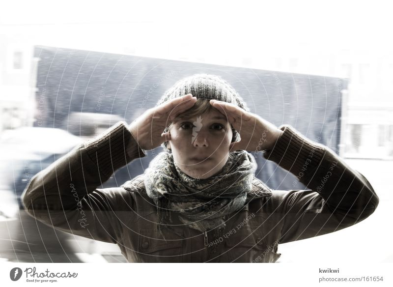 und was siehst du? Frau Erwachsene Fenster kalt Regen Perspektive Kommunizieren Mütze entdecken Fensterscheibe Scheibe Voyeurismus Mensch spionieren Spitzel