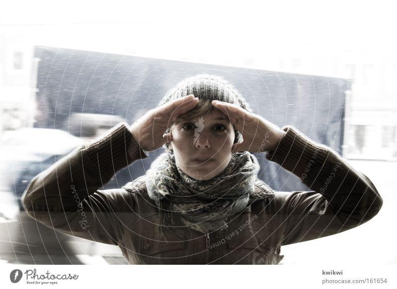 und was siehst du? Frau Erwachsene Regen Fenster Mütze entdecken Kommunizieren kalt Perspektive spionieren Fensterscheibe Scheibe Voyeurismus Spitzel