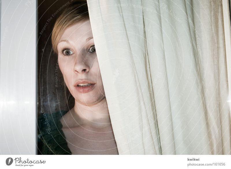watch out Frau Erwachsene Fenster kalt Regen Angst Perspektive Mütze entdecken Fensterscheibe Scheibe Panik Voyeurismus spionieren Spitzel Beruf