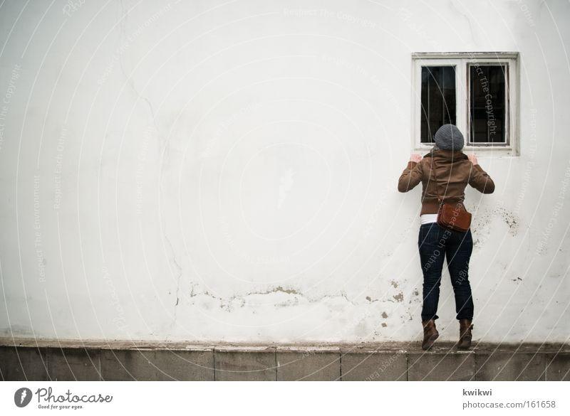 Fenster. Frau kalt Wand Regen Perspektive entdecken Mütze Mensch Fensterscheibe Scheibe Voyeurismus spionieren Spitzel