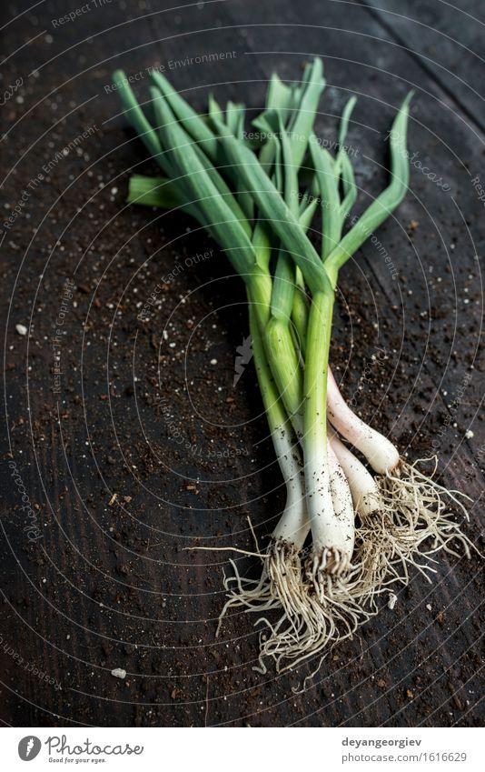 Frischer grüner Knoblauch auf dunklem Holztisch Gemüse Kräuter & Gewürze Essen Vegetarische Ernährung Natur Blatt frisch Frühling organisch Porree roh Geruch