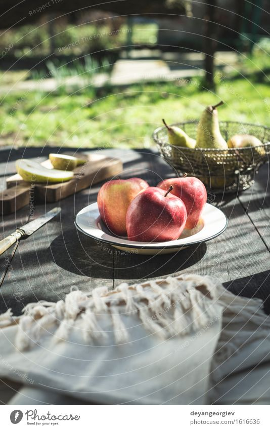 Geschnittene Äpfel auf einem Teller. Natur grün Blume rot Blüte Essen Holz Garten Frucht frisch Ernährung Tisch Apfel Diät saftig