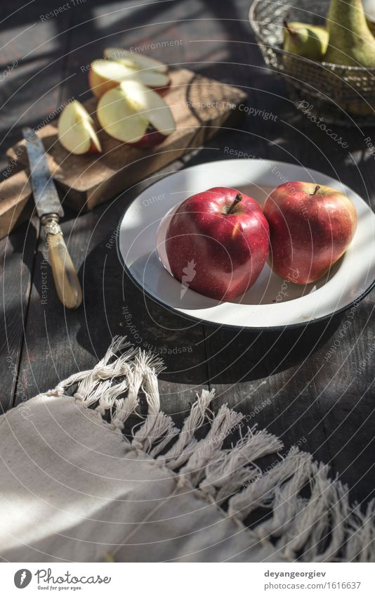 Geschnittene Äpfel auf einem Teller Frucht Apfel Ernährung Essen Diät Garten Tisch Natur Blume Blüte Holz frisch saftig grün rot Lebensmittel Birne Gesundheit