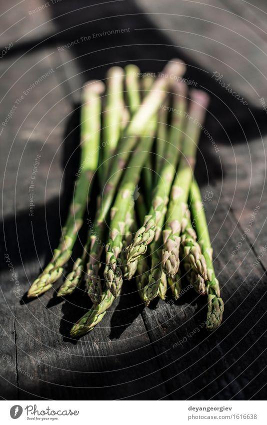 Spargel auf Weinlesetabelle grün dunkel Holz frisch Ernährung Tisch Kochen & Garen & Backen Küche lecker Gemüse Mahlzeit Vegetarische Ernährung Diät roh Zutaten