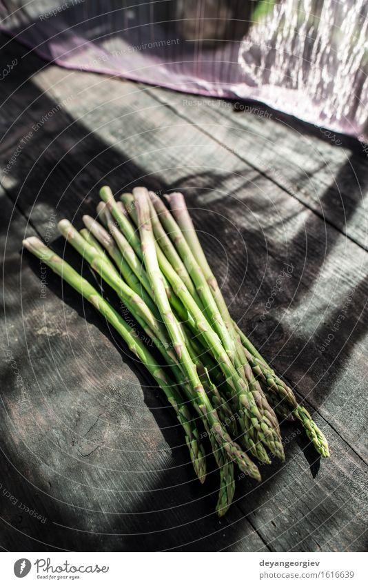 Spargel auf Weinlesetabelle Gemüse Ernährung Vegetarische Ernährung Diät Tisch Holz dunkel frisch lecker grün organisch roh Zutaten Mahlzeit rustikal
