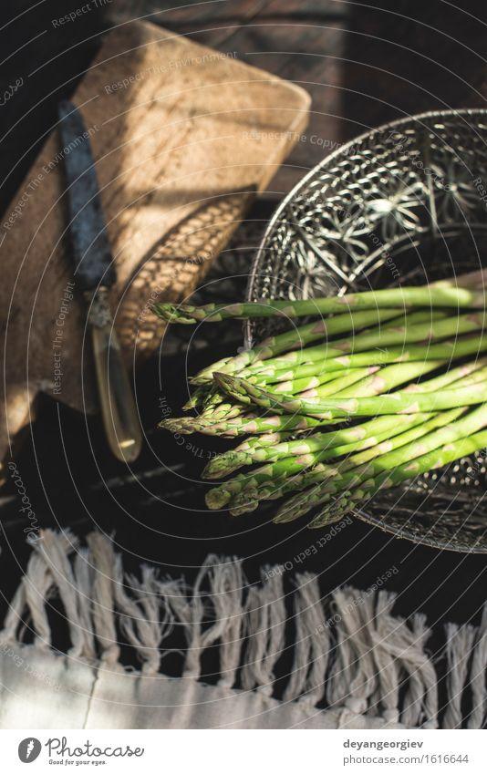 Spargel auf Weinlesetabelle Gemüse Ernährung Vegetarische Ernährung Diät Tisch Küche Holz dunkel frisch lecker grün organisch roh Zutaten Mahlzeit rustikal