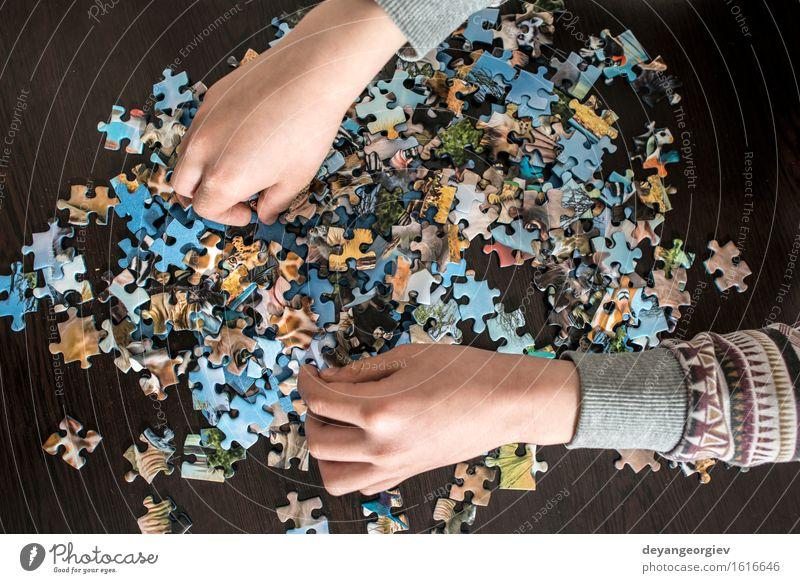 Kind und Puzzle Freude Spielen klein Aktion Kindheit Kreativität Tisch Idee Spielzeug heimwärts Anhäufung Rätsel Kaukasier