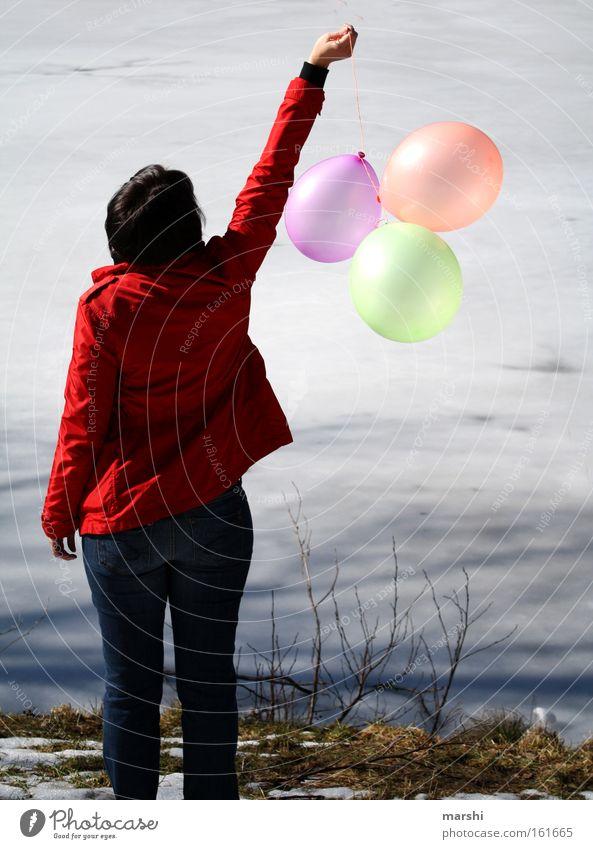 Ballonfahrt Frau Natur Wasser rot Freude ruhig Einsamkeit Ferne See Küste fahren Luftballon platzen