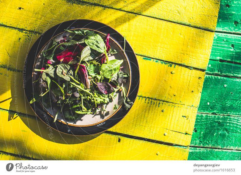 Frühlingssalat aus Baby Spinat, Kräuter Gemüse Kräuter & Gewürze Essen Vegetarische Ernährung Diät Teller Sommer Garten Blatt Holz frisch grün weiß Salatbeilage