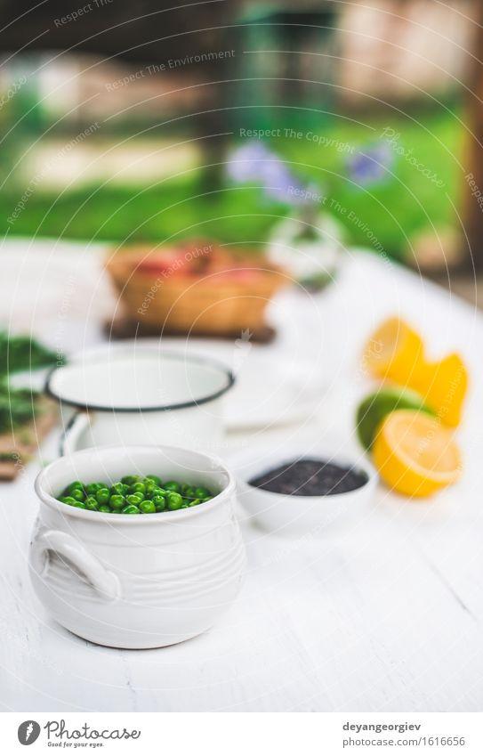 Erbsen in einer Schüssel auf weißem Holztisch Gemüse Vegetarische Ernährung Schalen & Schüsseln Tisch Menschengruppe Pflanze frisch natürlich grün Hintergrund