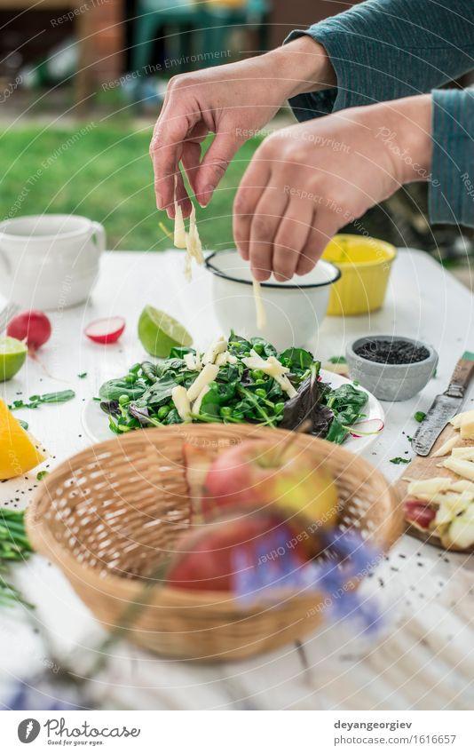 Hinzufügen von gehacktem Apfel. Salat von Baby Spinat, Brunnenkresse Gemüse Frucht Kräuter & Gewürze Ernährung Vegetarische Ernährung Diät Schalen & Schüsseln