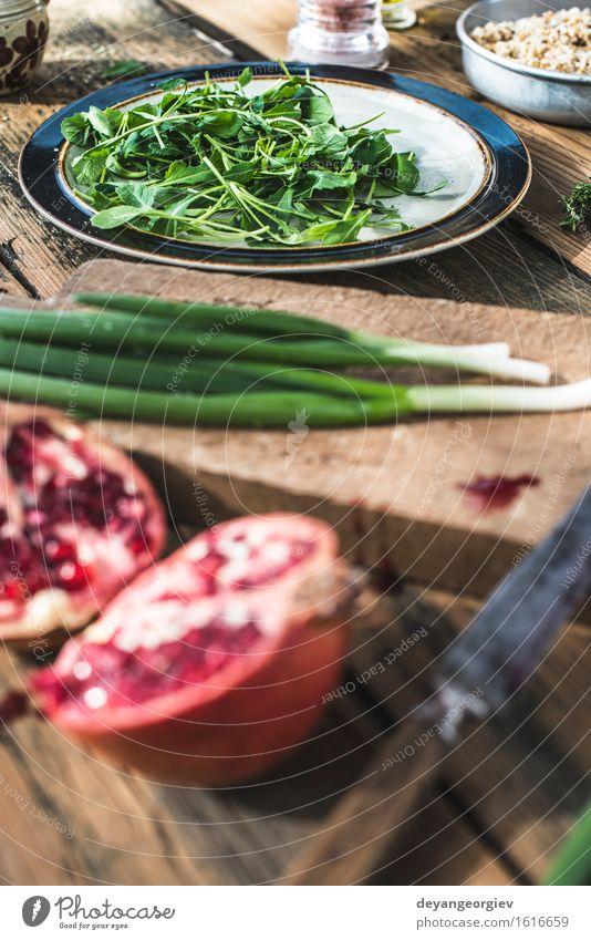 Grüner Salat mit Granatapfel, Manna Croup, Zwiebel. grün weiß rot schwarz Essen frisch Ernährung Küche Gemüse Teller Schalen & Schüsseln Mahlzeit