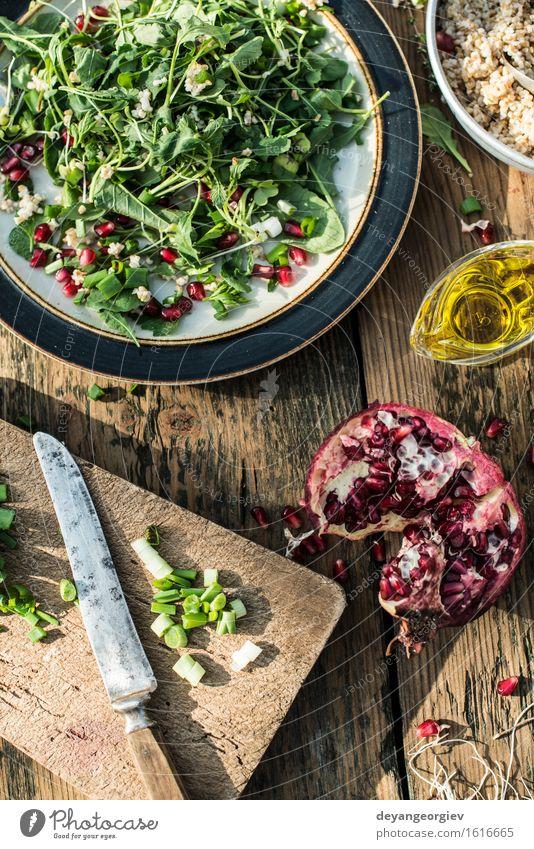Grüner Salat mit Granatapfel, Manna Croup, Zwiebel grün weiß rot schwarz Essen frisch Ernährung Küche Gemüse Teller Schalen & Schüsseln Mahlzeit